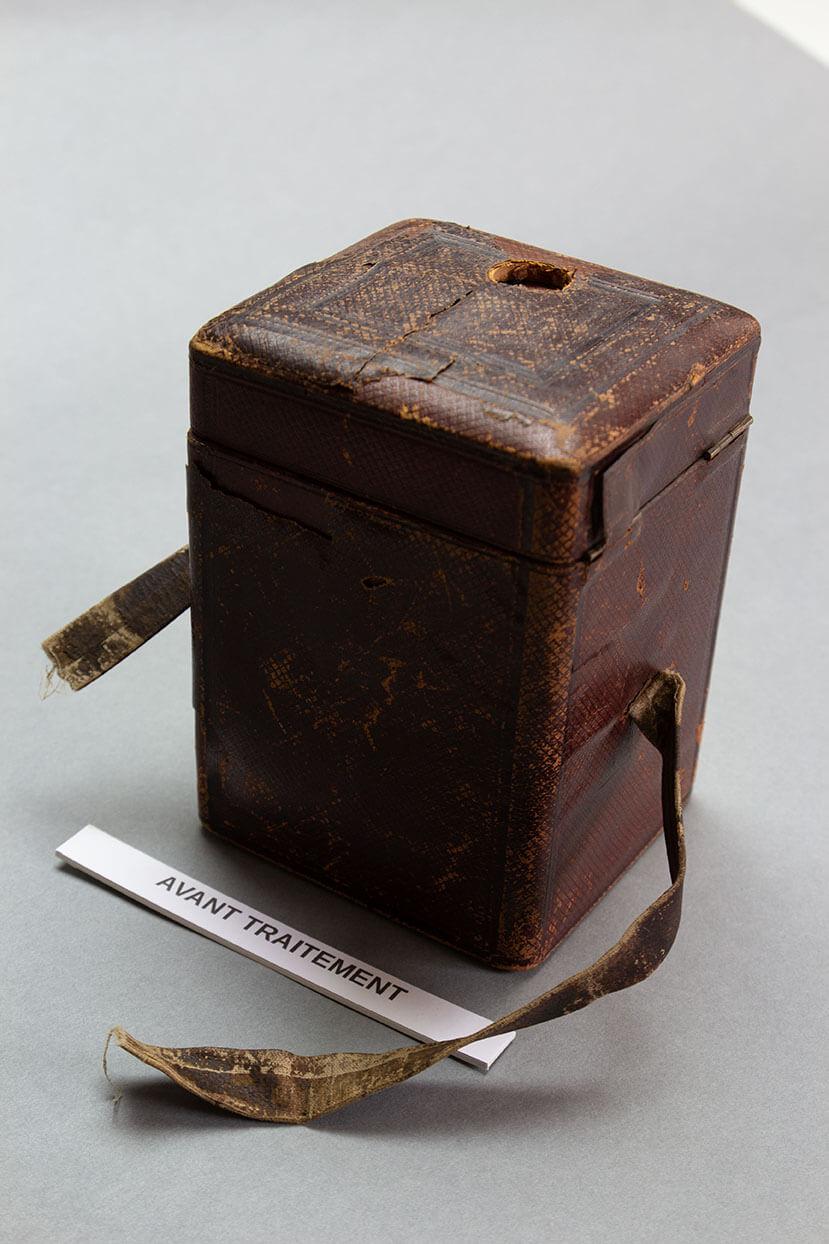 Boîte servant à protéger une horloge portative recouverte de cuir, XIXe s, Coll° particulière